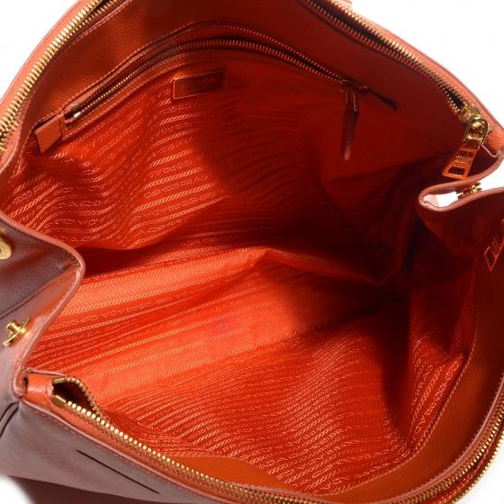 6975c1216 Bolsa couro cor papaya (mesmo laranja da Hermes) modelo Saffiano do Prada.