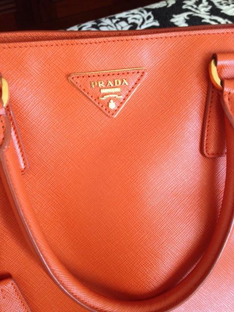 157b11528 Bolsa em couro laranja papaya do Prada modelo Saffiano.